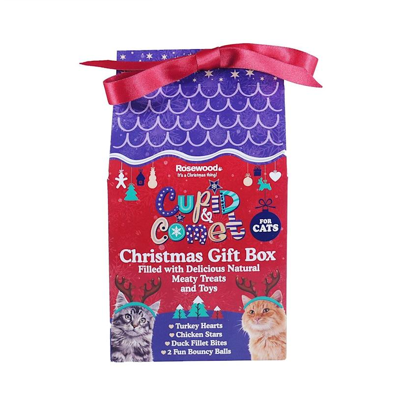 "<a href=""https://amzn.to/38yTOrm"" target=""_blank"" rel=""noopener noreferrer"">SIPW Christmas Festive Cat Gift Box Filled with Delicious Chicken and Duck, Amazon</a>, &pound;11.25 (Photo: HuffPost UK)"