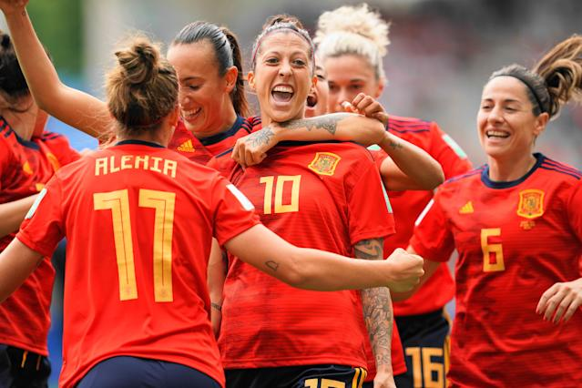 Players of Spain celebrate Jennifer Hermoso's goal during the 2019 FIFA Women's World Cup France Round Of 16 match between Spain and USA at Stade Auguste Delaune on June 24, 2019 in Reims, France. (Photo by Daniela Porcelli/Getty Images)