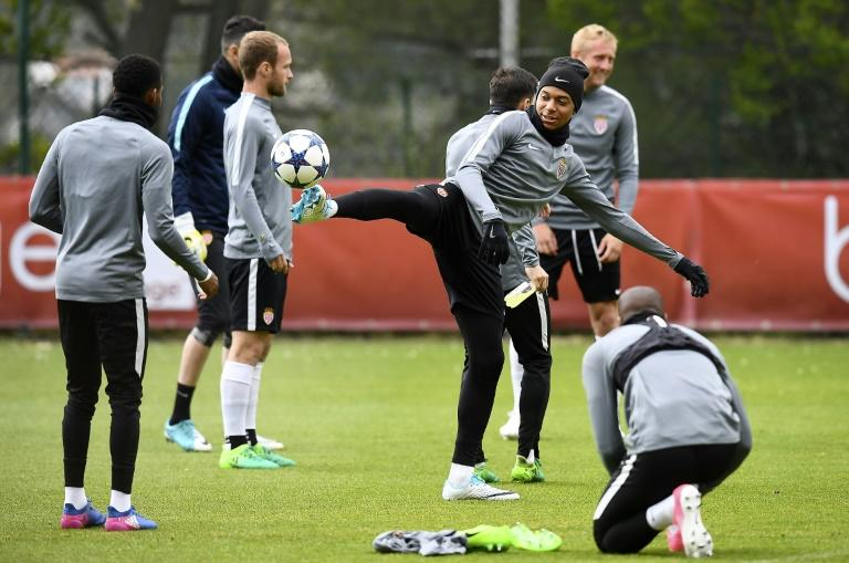 Monaco's French forward Kylian Mbappe (C) controls the ball during a training session in La Turbie, near Monaco, on May 2, 2017, the eve of their UEFA Champions League semi-final first leg against Juventus