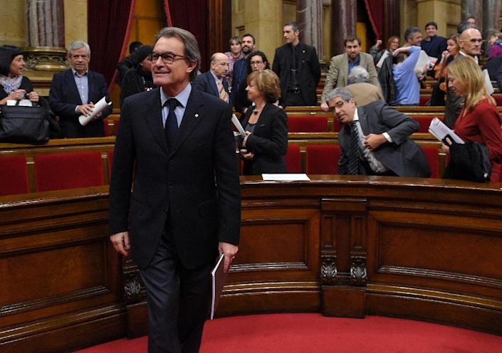 Catalan leader Artur Mas leaves the regional parliament after deputies voted to secede from the rest of Spain by 2017, after a key vote in Barcelona, on November 9, 2015 (AFP Photo/Lluis Gene)