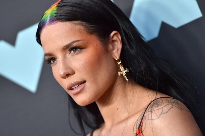 Halsey gave us a glimpse of her natural curls, and more of this, please