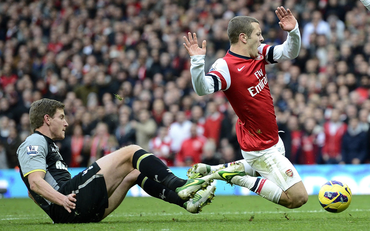 "Arsenal's Jack Wilshere (R) is challenged by Tottenham Hotspur's Jan Vertonghen during their English Premier League soccer match at the Emirates stadium in London November 17, 2012.   REUTERS/Dylan Martinez   (BRITAIN - Tags: SPORT SOCCER TPX IMAGES OF THE DAY) FOR EDITORIAL USE ONLY. NOT FOR SALE FOR MARKETING OR ADVERTISING CAMPAIGNS. NO USE WITH UNAUTHORIZED AUDIO, VIDEO, DATA, FIXTURE LISTS, CLUB/LEAGUE LOGOS OR ""LIVE"" SERVICES. ONLINE IN-MATCH USE LIMITED TO 45 IMAGES, NO VIDEO EMULATION. NO USE IN BETTING, GAMES OR SINGLE CLUB/LEAGUE/PLAYER PUBLICATIONS"