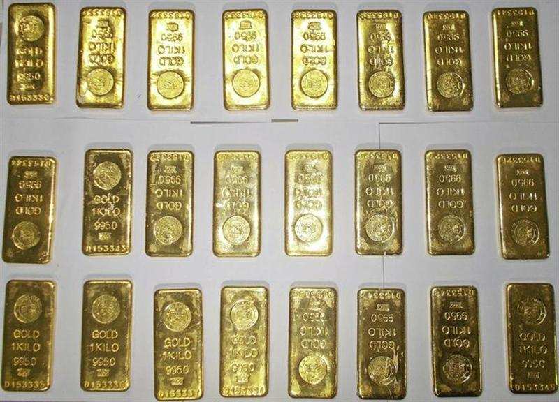 Seized gold bars are kept on displayed by custom officers at the international airport in Kolkata November 19, 2013. REUTERS/Stringer