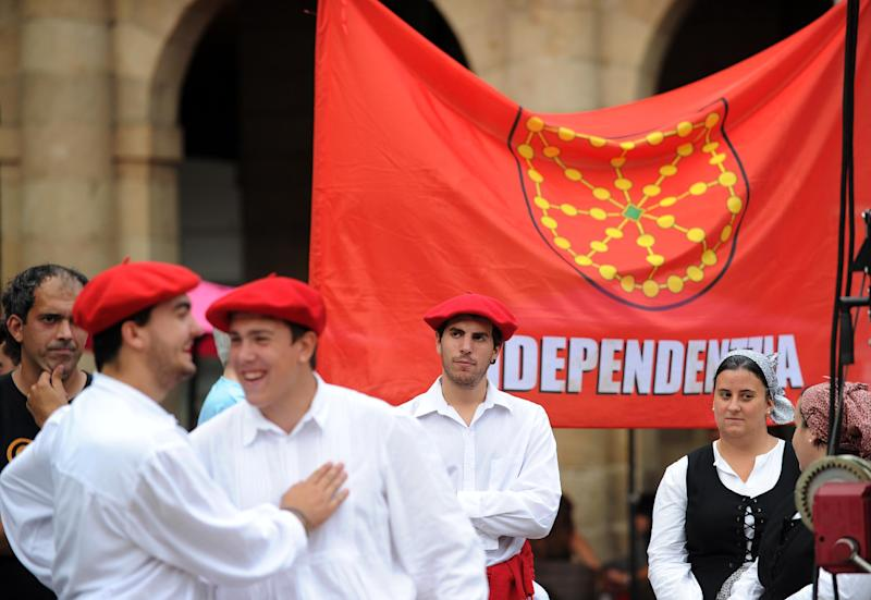 A group of Basque traditional dancers stand in front of a pro-independence flag during a demonstration in support of a Catalan vote on independence from Spain, in the northern Spanish Basque city of Bilbao on September 13, 2014 (AFP Photo/Rafa Rivas)