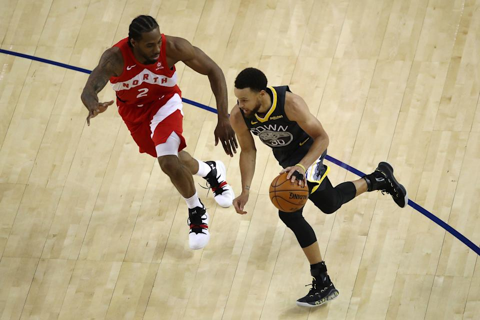 OAKLAND, CALIFORNIA - JUNE 07:  Stephen Curry #30 of the Golden State Warriors is defended by Kawhi Leonard #2 of the Toronto Raptors in the second half during Game Four of the 2019 NBA Finals at ORACLE Arena on June 07, 2019 in Oakland, California. NOTE TO USER: User expressly acknowledges and agrees that, by downloading and or using this photograph, User is consenting to the terms and conditions of the Getty Images License Agreement. (Photo by Ezra Shaw/Getty Images)