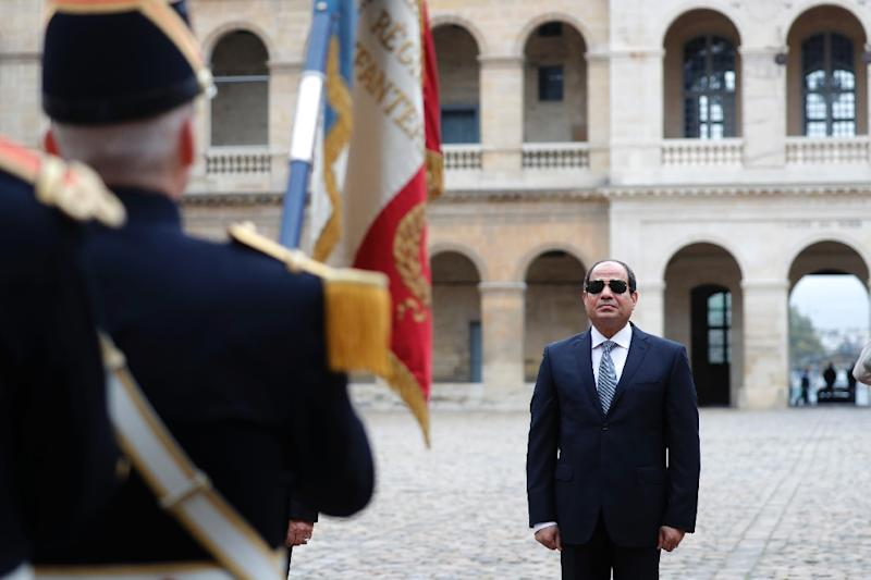 Egyptian President Abdel Fattah al-Sisi attends a military ceremony at the Hotel des Invalides in Paris on October 24, 2017 (AFP Photo/CHARLES PLATIAU)