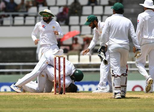 Departing Younis, Misbah fall but Pakistan press for victory