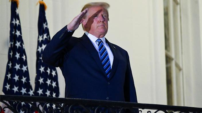 U.S. President Donald Trump salutes as he poses without a face mask on the Truman Balcony of the White House after returning from being hospitalized at Walter Reed Medical Center for coronavirus disease (COVID-19) treatment, in Washington, U.S. October 5, 2020. (Erin Scott/Reuters)