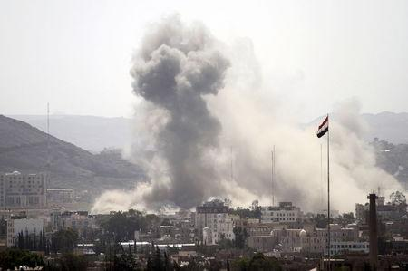 Smoke billows from a Houthi-controlled military site after it was hit by a Saudi-led air strike in Sanaa, Yemen, June 3, 2015. REUTERS/Mohamed al-Sayaghi