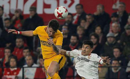 Soccer Football - Spanish King's Cup - Quarter Final Second Leg - Sevilla vs Atletico Madrid - Ramon Sanchez Pizjuan, Seville, Spain - January 23, 2018 Atletico Madrid's Saul Niguez in action with Sevilla's Jesus Navas REUTERS/Jon Nazca