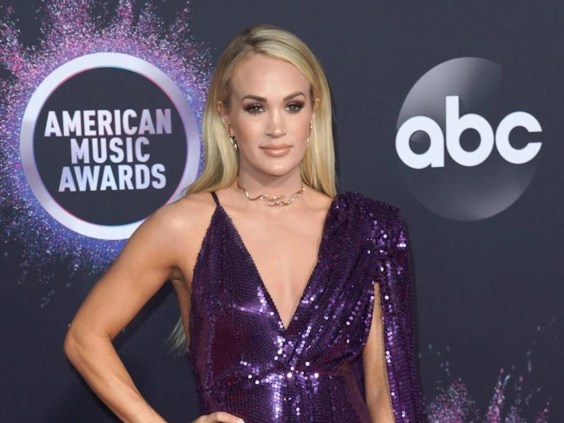 Carrie Underwood uses bronzer to make her legs look sculpted