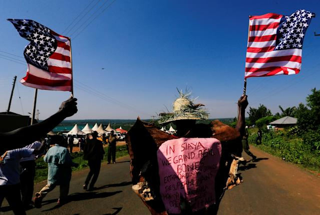 <p>Residents wave the U.S. national flag as they chant slogans on the road ahead of the visit by the former U.S. President Barack Obama to his ancestral Nyangoma Kogelo village in Siaya county, western Kenya July 16, 2018. (Photo: Thomas Mukoya/Reuters) </p>
