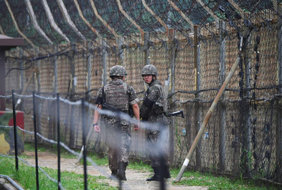South Korean soldiers patrol a fence in the Demilitarized Zone (DMZ) dividing the two Koreas in Goseong on June 14, 2019. (Photo: JUNG YEON-JE via Getty Images)