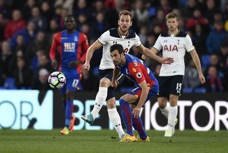 Britain Soccer Football - Crystal Palace v Tottenham Hotspur - Premier League - Selhurst Park - 26/4/17 Tottenham's Harry Kane in action with Crystal Palace's Luka Milivojevic Reuters / Dylan Martinez Livepic