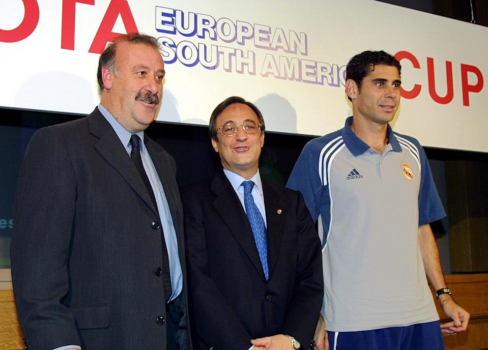 TOKYO, JAPAN:  Spanish club team Real Madrid head coach Vicente del Bosque (L), President Florentino Perez (C) and captain Femando Ruiz Hierro (R) pose for photographers after their press conference at a hotel in Tokyo 24 November 2000. Real Madrid, arrived here 24 November to compete for the Intercontinental Cup with Boca Juniors on November 28.  AFP PHOTO/Toshifumi KITAMURA (Photo credit should read TOSHIFUMI KITAMURA/AFP via Getty Images)