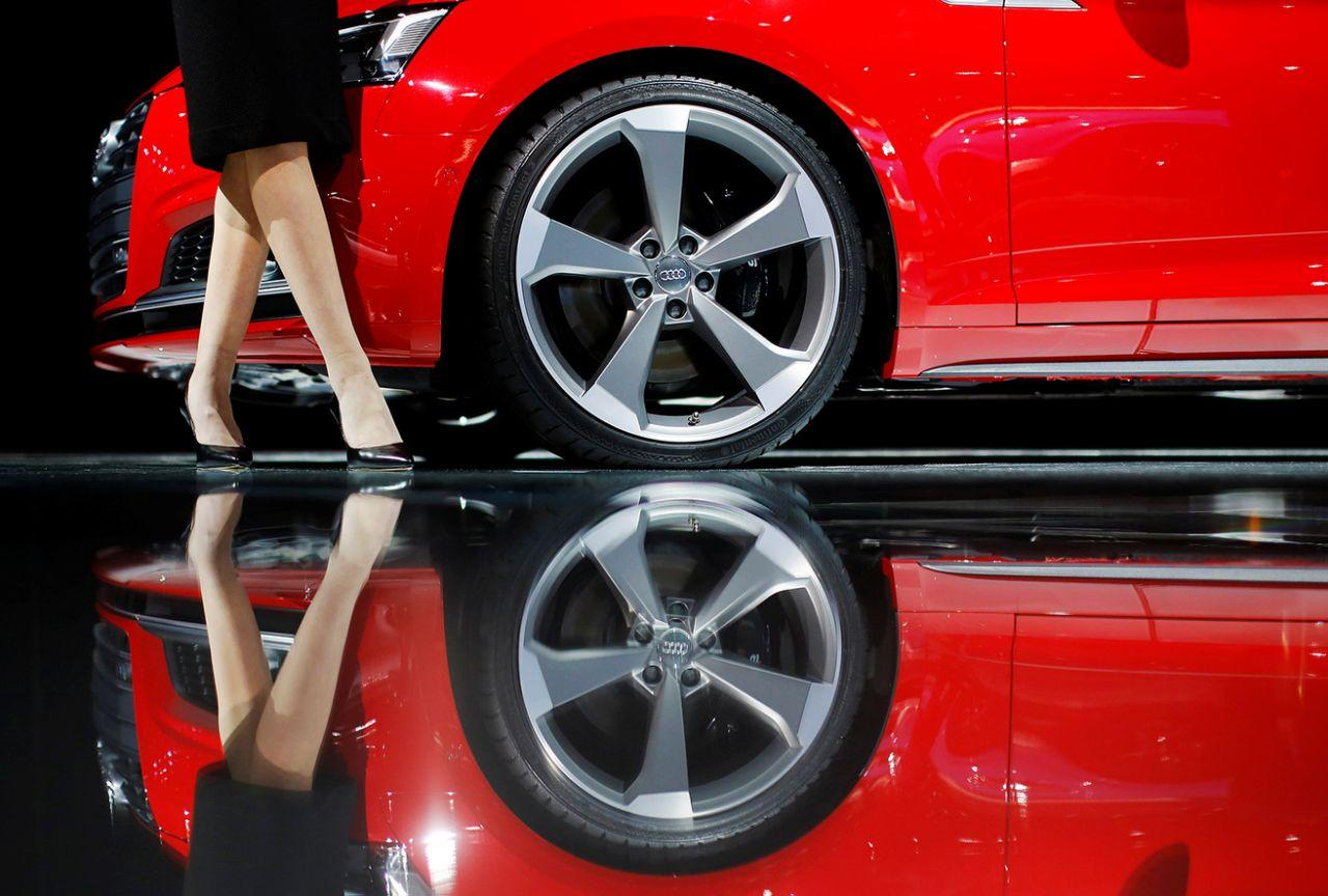 <p>Ein Model posiert während der Internationalen Auto Show in Detroit vor einem Audi S5 Cabriolet. (Bild: Mark Blinch/Reuters) </p>