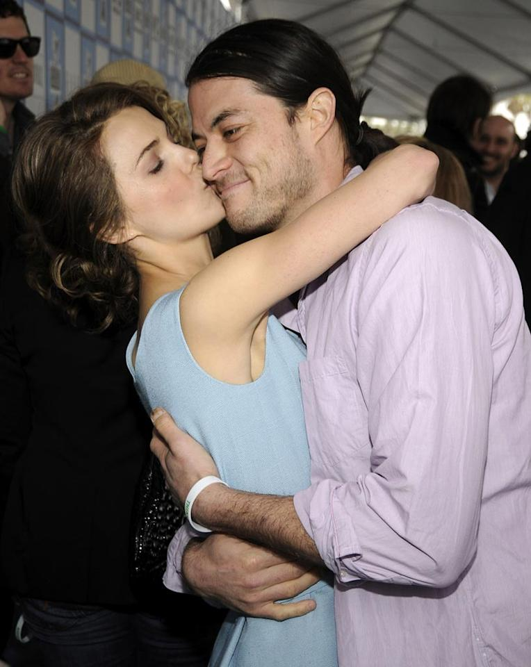 "Keri Russell's husband grimaces as she plants a sloppy smooch on his cheek. Kevin Mazur/<a href=""http://www.wireimage.com"" target=""new"">WireImage.com</a> - February 23, 2008"