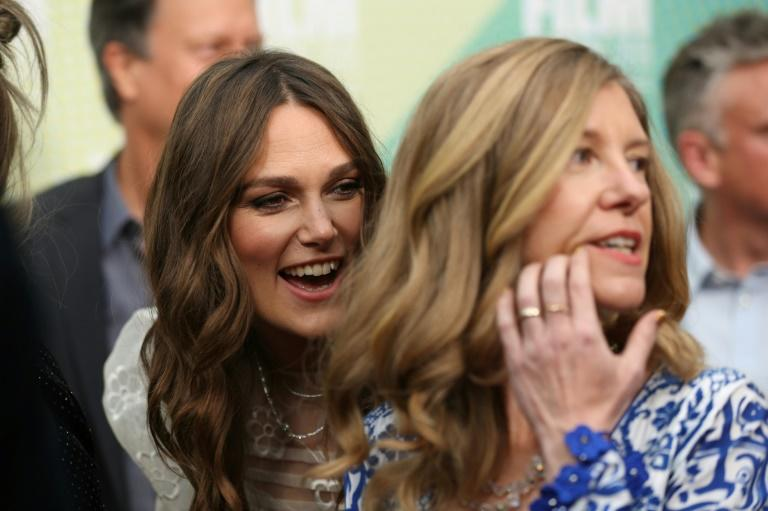"""British actor Keira Knightley (L) and British translator Katharine Gun on the red carpet for the European premiere of the film """"Official Secrets"""" in London (AFP Photo/ISABEL INFANTES)"""