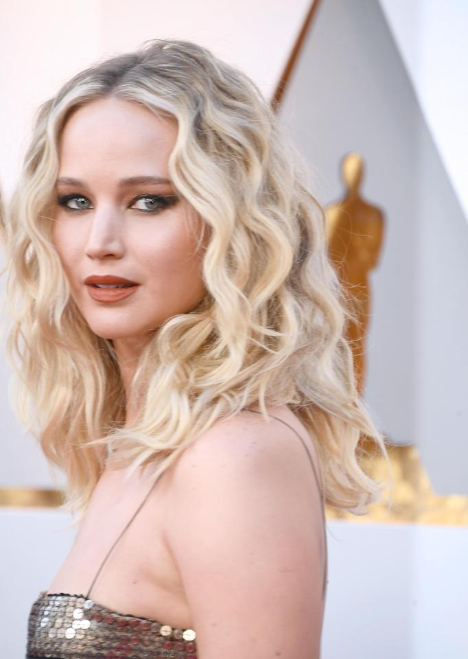 <p>Jennifer Lawrence has been rocking this boho hair for the past few weeks on her promotional tour  for Red Sparrow and we are loving it. The star showed up on the Oscars red carpet with her beach blonde hair in her now signature loose waves. She matched it with a burnt orange lip, smokey eye makeup and bold brows.</p>