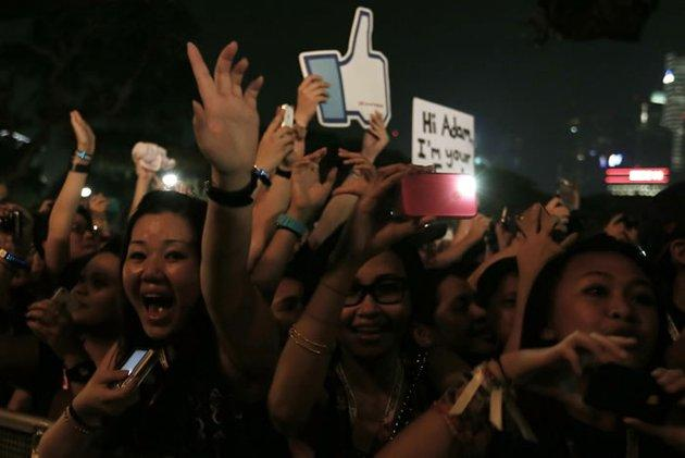 Enthusiastic fans jumped to the beats of Maroon 5 (Getty Images/ Chris Mc Garth)