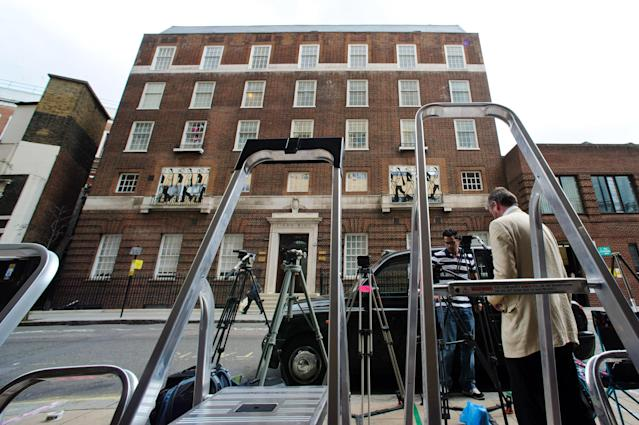 LONDON, ENGLAND - JULY 01: Members of the press set up outside the St Mary's Hospital as the UK prepares for the birth of the first child of The Duke and Duchess of Cambridge at St Mary's Hospital on July 1, 2013 in London, England. (Photo by Ben A. Pruchnie/Getty Images)