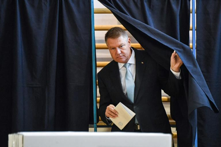 Romanian President Klaus Iohannis casts his ballot at a polling station, in Bucharest (AFP Photo/Daniel MIHAILESCU)