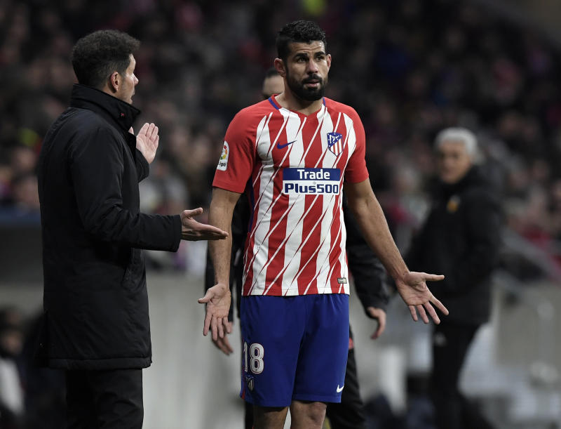 Atletico Madrid's Argentinian coach Diego Simeone (L) talks with Atletico Madrid's Spanish forward Diego Costa during the Spanish league football match between Club Atletico de Madrid and Valencia CF at the Wanda Metropolitano stadium in Madrid on February 4, 2018. / AFP PHOTO / GABRIEL BOUYS (Photo credit should read GABRIEL BOUYS/AFP/Getty Images)