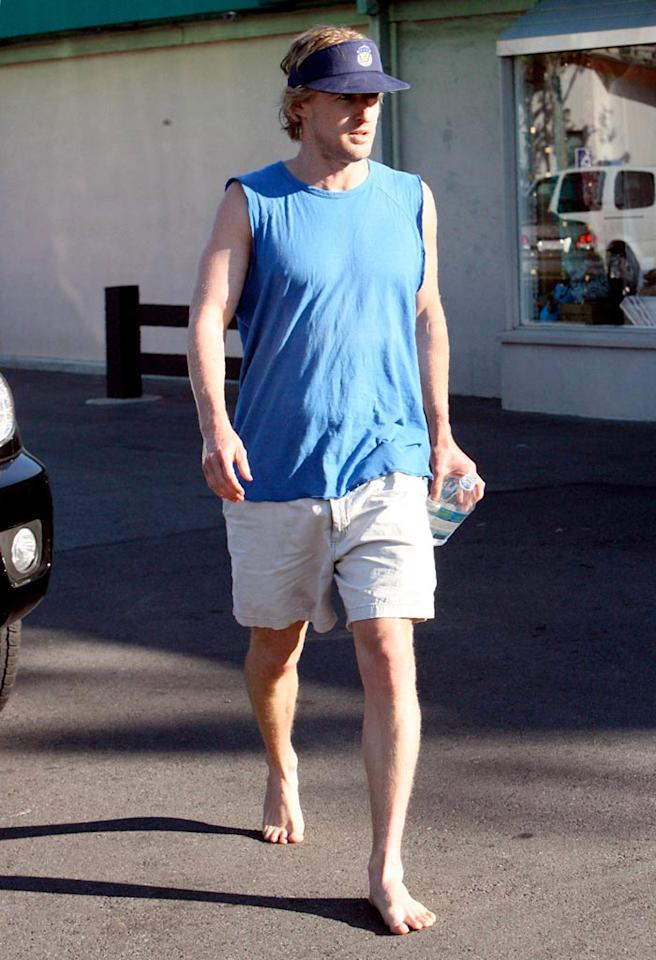 "A barefoot Owen Wilson stops at a restaurant in Malibu. MBF/<a href=""http://www.x17online.com"" target=""new"">X17 Online</a> - October 29, 2006"
