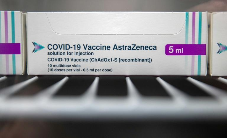 Cajas de dosis de la vacuna de Oxford/AstraZeneca contra el coronavirus, en un refrigerador de un gran centro de vacunación de Bristol, el 9 de enero de 2021 al sur de Inglaterra  Covid-19 vaccine are seen in a refridgerator at Ashton Gate Stadium in Bristol on January 9, 2021 one of seven mass vaccination centres which are set to open next week as Britain continues its vaccination programme against Covid-19. Ashton Gate is one of the seven seven mass vaccination hubs opening around the country from next week. UK health officials and ministers have described the vaccination roll-out as a head-to-head race against the virus and the vaccination programme as the best hope of a return to normality.