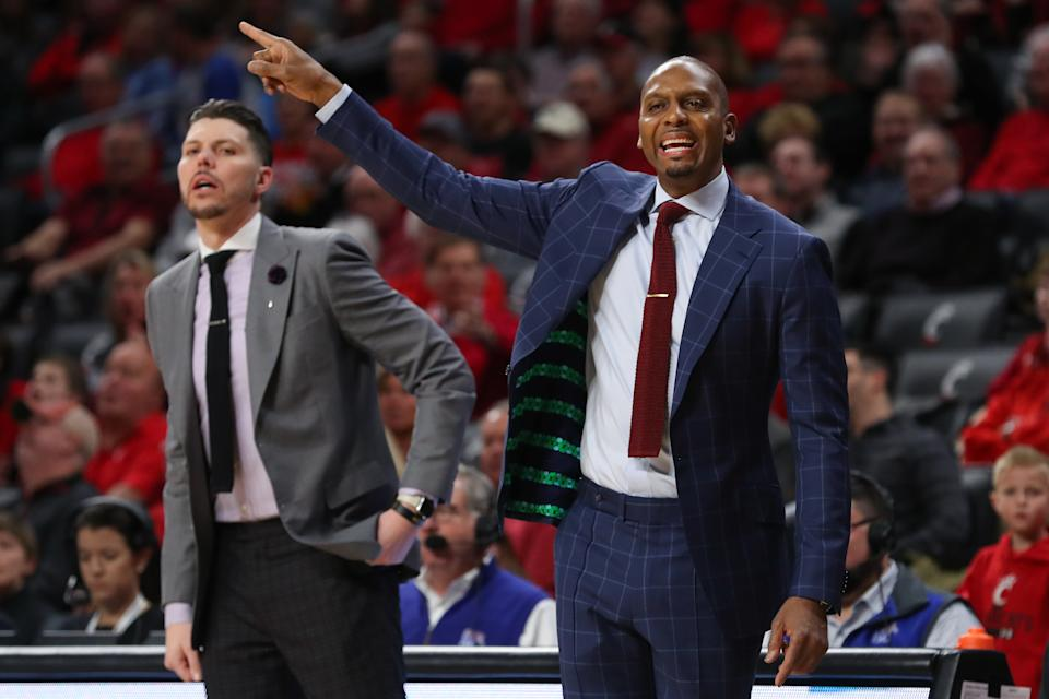 CINCINNATI, OH - FEBRUARY 13: Memphis Tigers head coach Penny Hardaway (right) talks to his players during the game against the Memphis Tigers and the Cincinnati Bearcats on February 13th, 2020 at Fifth Third Arena in Cincinnati, OH. (Photo by Ian Johnson/Icon Sportswire via Getty Images)