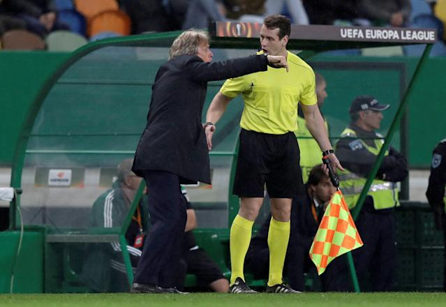 Soccer Football - Europa League Round of 16 First Leg - Sporting CP vs Viktoria Plzen - Estadio Jose Alvalade, Lisbon, Portugal - March 8, 2018 Sporting coach Jorge Jesus talks to the assistant referee REUTERS/Rafael Marchante
