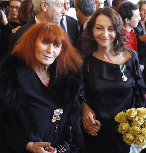 French fashion designer Sonia Rykiel (L), seen here in 2010 with her daughter and fellow designer Nathalie Rykiel (AFP Photo/Patrick Kovarik)