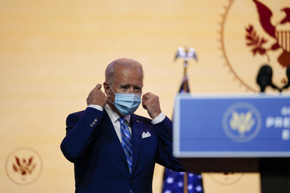 President-elect Joe Biden takes off his face mask before speaking on Wednesday, November 25, 2020, in Wilmington, Dell.  (AP Photo / Carolyn Kaster)