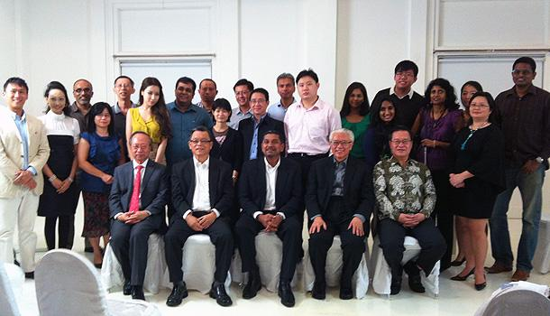 The four Presidential candidates with the dialogue participants and organisers. (Yahoo! photo)