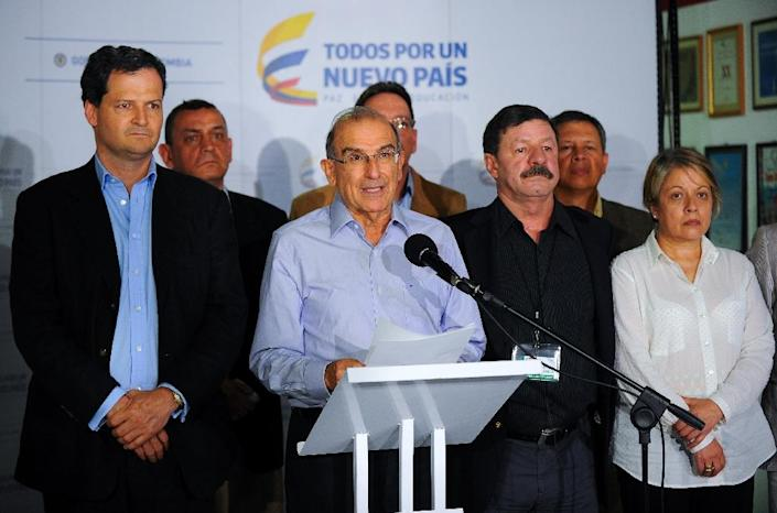 Humberto de la Calle (2-L), head of the Colombian delegation for the peace talks with the FARC-EP guerrillas, speaks during a press conference, on March 7, 2015 (AFP Photo/Yamil Lage)