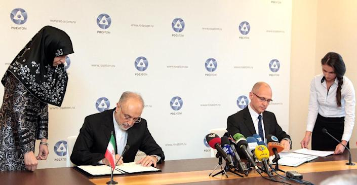 Iran's nuclear programme chief Ali Akbar Salehi (left) and Rosatom director general Sergey Kirienko sign an agreement in Moscow on November 11, 2014 for the construction of two new nuclear reactors (AFP Photo/Nikita Bareyme)