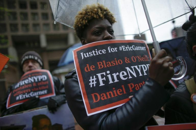 People protest outside police headquarters on May 13, 2019 while a disciplinary hearing takes place for officer Daniel Pantaleo in New York City (AFP Photo/Kena Betancur)