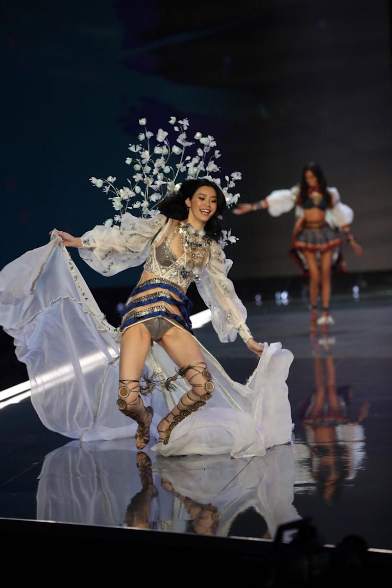 Model Ming Xi fell during the filming of the Victoria's Secret fashion show. Photo: Getty