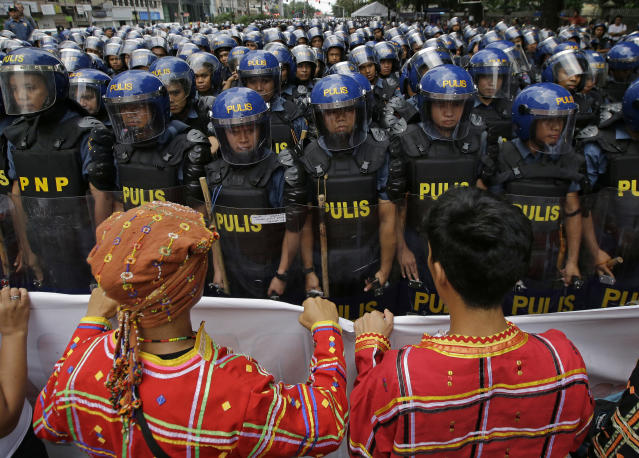 <p>Riot police block protesters as they try to move towards the U.S. Embassy to protest this weekend's visit of President Donald Trump on Saturday, Nov. 11, 2017, in Manila, Philippines. (Photo: Aaron Favila/AP) </p>