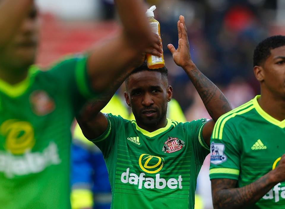 Sunderland's Jermain Defoe (C) applauds the fans after the final whistle of their English Premier League match against Stoke City, at the Britannia Stadium in Stoke-on-Trent, on April 30, 2016 (AFP Photo/Lindsey Parnaby)