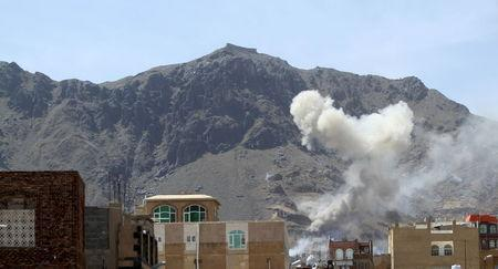 Smoke billows from Noqum mountain after it was hit by an air strike in Yemen's capital Sanaa June 1, 2015. REUTERS/Mohamed al-Sayaghi