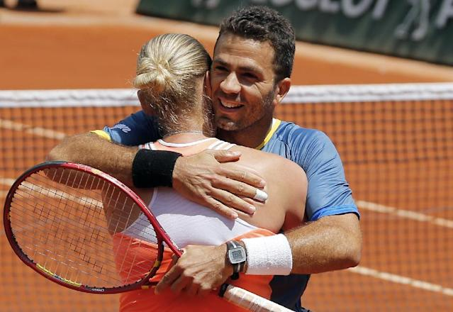 Germany's Anna-Lena Groenefeld, left, and Netherlands' Jean-Julien Rojer celebrate their win in the mixed doubles final of the French Open tennis tournament at the Roland Garros stadium, in Paris, France, Thursday, June 5, 2014. (AP Photo/David Vincent)