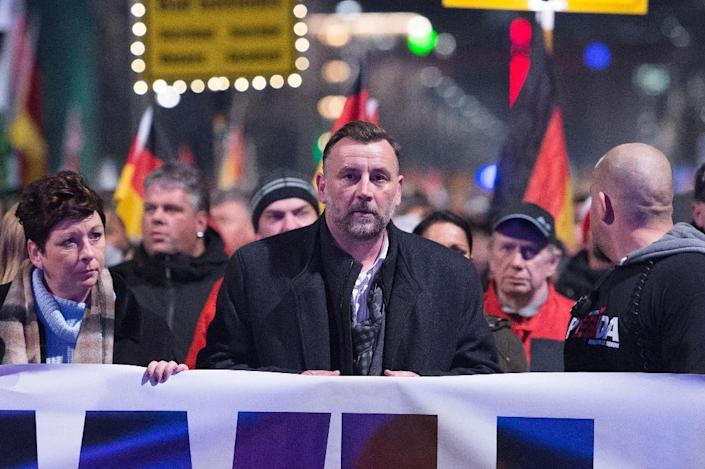 Lutz Bachmann (C), leader of the PEGIDA movement attends a protest rally on December 7, 2015 in Dresden, eastern Germany (AFP Photo/Sebastian Kahnert)