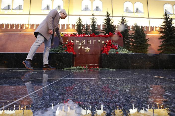 <p>A man lays flowers during a memorial service for victims of a blast in St.Petersburg metro, at a memorial by the Kremlin walls in Moscow, Russia April 3, 2017. (Maxim Shemetov/Reuters) </p>
