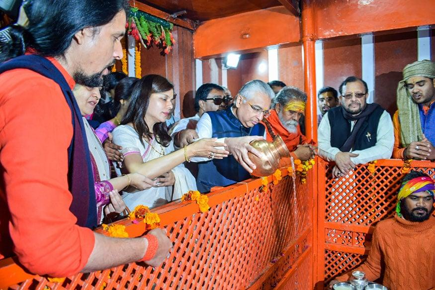 Prime Minister of Mauritius Pravind Kumar Jugnauth offers prayers at Bade Hanuman temple during his visit to Kumbh Mela in Prayagraj on Jan 24, 2019. (Image: PTI)