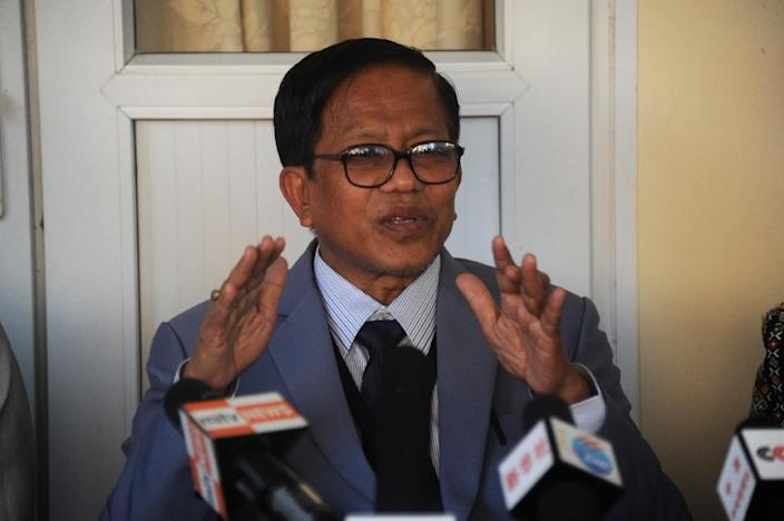 Naing Han Tha, a leader of Nationwide Ceasefire Coordinating Team (NCCT), talks during a meeting with members of the media during the seventh Nationwide Ceasefire Agreement (NCA) meeting at the Myanmar Peace Centre (MPC) in Yangon on March 30, 2015 (AFP Photo/Soe Than Win)