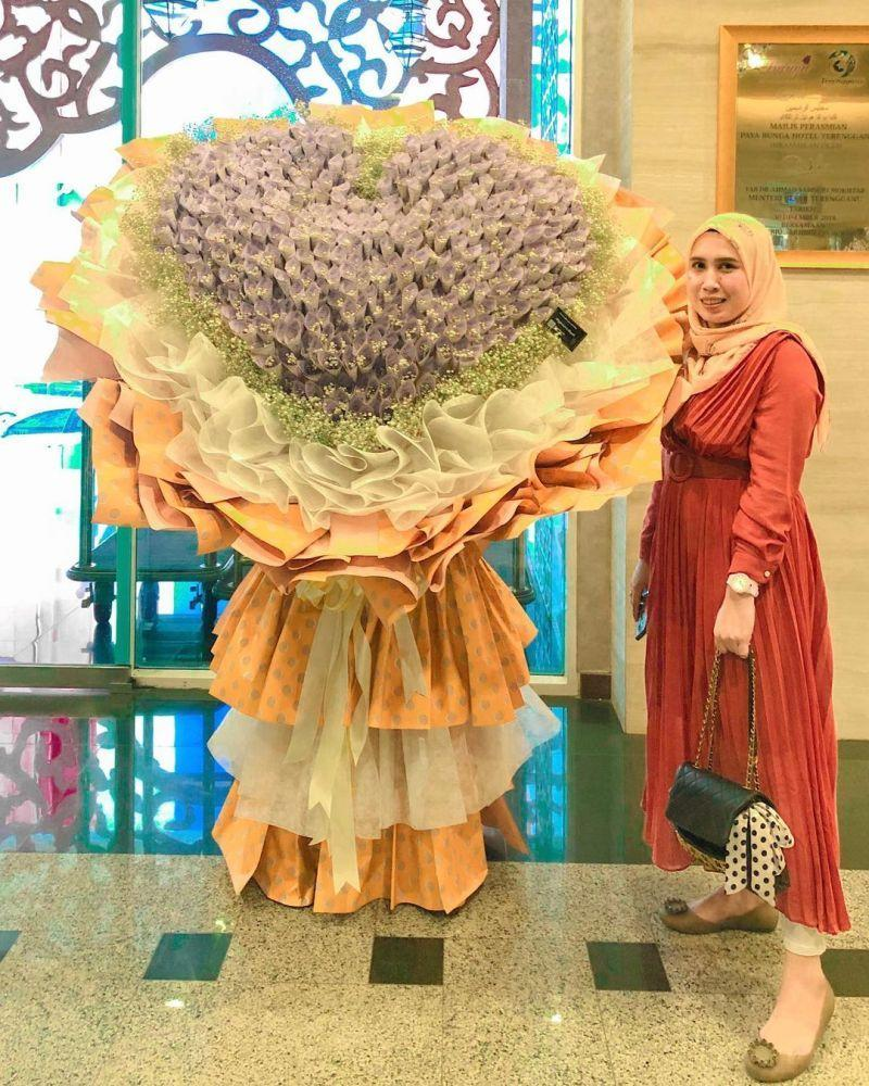 A customer entrusted Safiyah to create the cash bouquet for his wife as a gesture of appreciation. — Picture via Instagram/Safiyah Alias