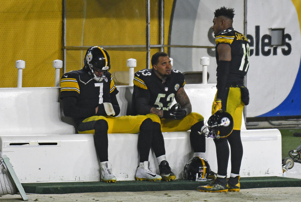 Pittsburgh Steelers quarterback Ben Roethlisberger and center Maurkice Pouncey sit on the bench as they talk with wide receiver JuJu Smith-Schuster