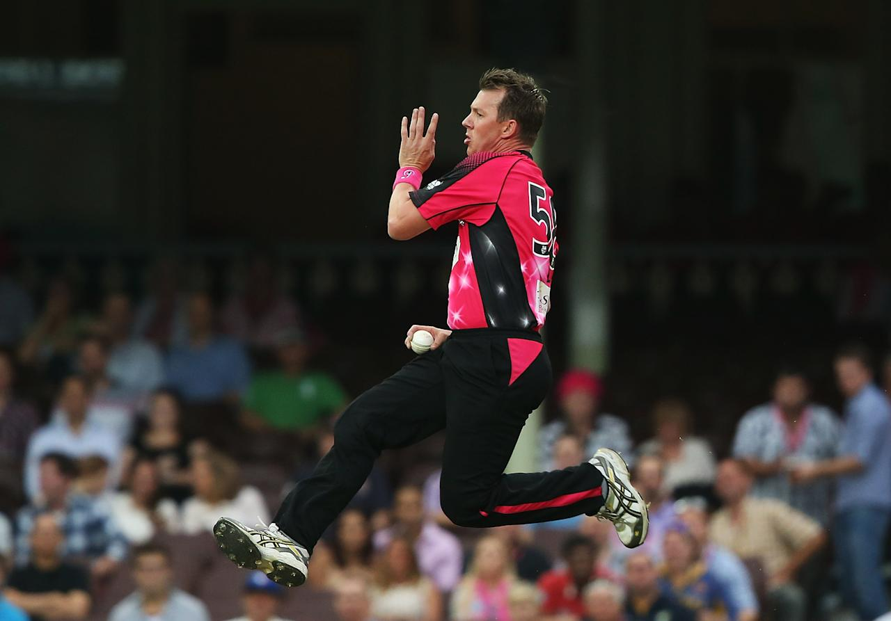 SYDNEY, AUSTRALIA - DECEMBER 08: Brett Lee of of the Sixers bowls during the Big Bash League match between the Sydney Sixers and the Sydney Thunder at Sydney Cricket Ground on December 8, 2012 in Sydney, Australia.  (Photo by Mark Metcalfe/Getty Images)