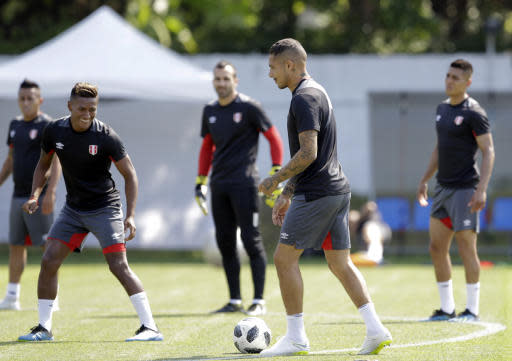 Peru's Paolo Guerrero, center, practices with teammates during the official training on the eve of the group C match between Peru and Australia at the 2018 soccer World Cup, in Sochi, Russia, Monday, June 25, 2018. (AP Photo/Andre Penner)